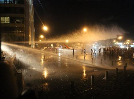 تحوّل محيط مبنى النهار إلى مستنقع مياه (مروان طحطح)