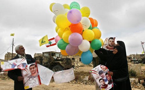والدا الأسير محمد سرور يطلقان بالونات الحرية من المعتقل (محمد زعتري - ا ب)