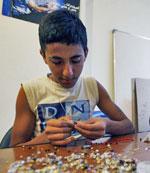 يتدرب على تصميم المجوهرات (مروان طحطح)