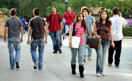 طلاب داخل حرم الجامعة الأميركية (أرشيف ـ مروان طحطح)