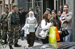 الطلاب خارج الحرم الجامعي بعد الاشكال ( مروان طحطح)