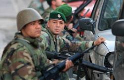 جنود من الجيش يحتمون خلف السيارات أثناء إشكال مار مخايل (بلال جاويش)