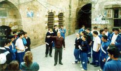 حشيشو مع طلابه في باحة المدرسة (أرشيف)