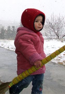اخيرا استطاع هذا الطفل ان يلهو بالثلج في طاريا (رامح حمية)