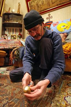 هاروت سونغليان يركع على سجادته مرمما بحنو (مروان طحطح)