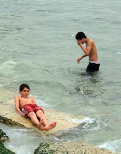 رغم الهزة استمرت الحياة طبيعية على شاطئ صيدا (خالد الغربي)