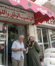 زبون حالم يخرج من أحد مراكز وسم اللوتو في بيروت (بلال جاويش)