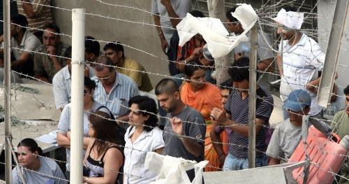 بعض الجالية الهندية خلال انتظارهم انتشال زميليهما (أرشيف ــ هيثم الموسوي)