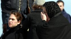 عدد من أهالي ضحايا الطائرة أمام مستشفى بيروت الحكومي (أرشيف ــ مروان طحطح)