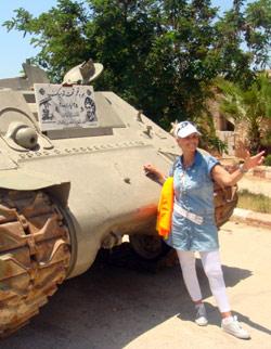 زائرة جبيلية أمام إحدى غنائم الحرب (الأخبار)