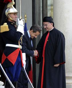 ساركوزي مستقبلاً الراعي (ميغال مادينا ــ أ ف ب)