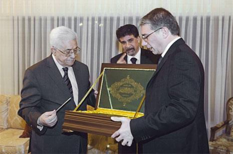 نضال السبع يسلّم عباس هدية علي مملوك