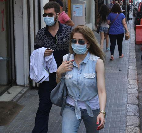 لجأ بعض المواطنين الى ارتداء الكمامات تفاديا للروائح الكريهة التي تفوح في الشوارع (مروان طحطح)