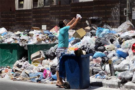 يعمد البعض الى إحراق النفايات ما يؤدي الى بث السموم في الهواء وزيادة المخاطر على صحة السكان (مروان بوحيدر)