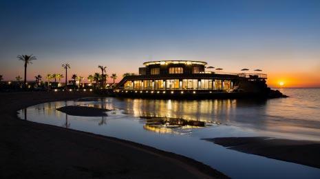 يتميز المطعم اللبناني بموقعه الاستثنائي في قلب البحر