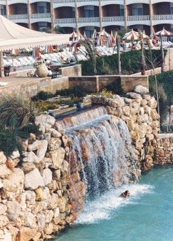 أعيد الشلال التاريخي الذي اشتهر به الفندق إلى مكانه