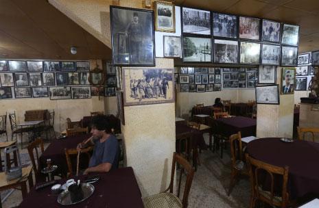 في المقاهي كانت «تُركَّب» التحالفات و«الكومبينات» السياسية