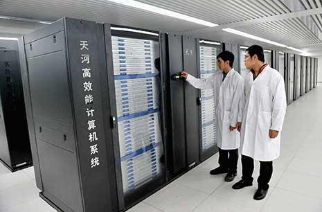 الكمبيوترات الخارقة هي عبارة عن كمبيوترات تمتلك موارد هائلة جداً، تستخدم لمعالجة كمٍّ هائل جداً من البيانات، ولها القدرة على تخزين كمٍّ هائل جداً من البيانات والمعلومات