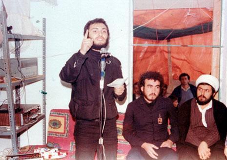 مغنيّة يلقي كلمة باسم رفاق الشهيد حسن عز الدين بعد تشييعه في بلدة باريش الجنوبية في نيسان ١٩٨١ (قاف)
