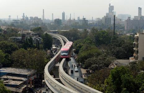 قطار «مونورايل» في مومباي الهندية (أ ف ب)