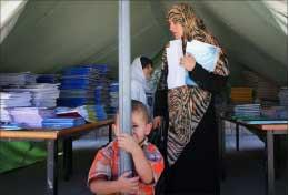 خيمة لتخزين الكتب المدرسية قرب إحدى مدارس بنت جبيل (أرشيف أ ب)