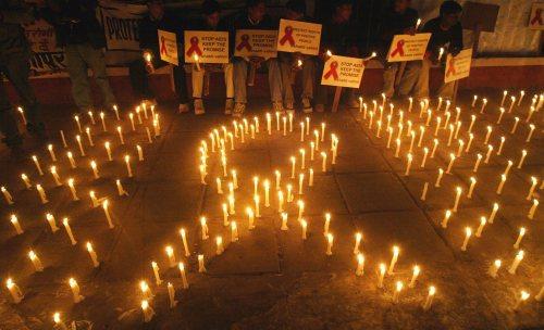 ناشطون في منظمات غير حكومية يضيئون الشموع في اليوم العالمي للإيدز في نيودلهي (إي بي إي)