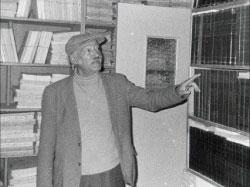 الحسيني بين كتبه في صورة من الأرشيف