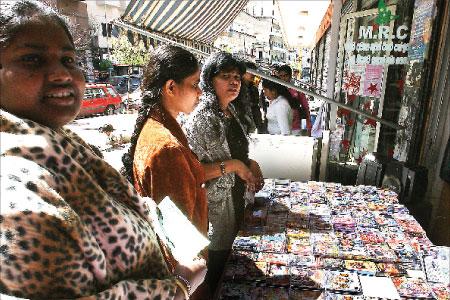 عاملات أجنبيات يتبضعن في عطلة نهاية الاسبوع (هيثم الموسوي)