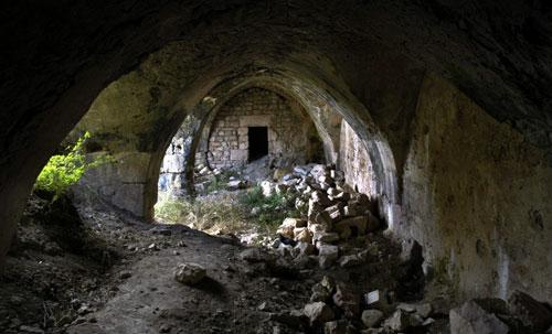 من الابنية المشيدة داخل القلعة والتي تحتاج الى عملية ترميم ضرورية