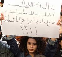 ترفع لافتة ضد رفع الأقساط في اعتصام لطلاب اليسوعية (أرشيف)