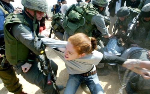جنود إسرائيليون يلقون القبض على ناشطة أجنبية خلال تظاهرة ضد جدار الفصل العنصري في نيسان الفائت (أرشيف- أ ف ب)