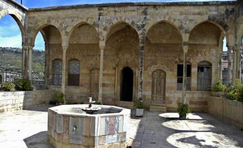 الطابق العلوي للقلعة المصمم وفق الطراز الإسلامي (كامل جابر)