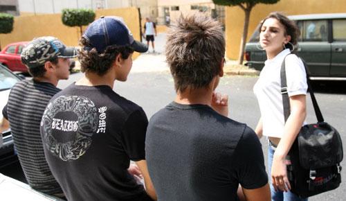 مشهد يومي عند باب مدرسة للبنات (بلال جاويش)