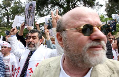 أنيس النقاش وخلفه موريس شقيق جورج عبدالله وسط المحتشدين (بلال جاويش)