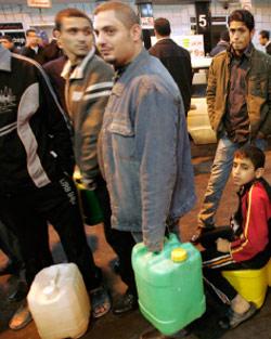 غزيّون في محطات الوقود (أحمد زاكت ــ رويترز)
