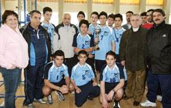 فريق مدرسة القلب الأقدس مع كأس بطولة الطائرة والحضور الرسمي (محمد علي)