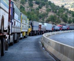 شاحنات تقف بالصف على طريق المصنع على الحدود اللبنانية السورية (أرشيف ــ وائل اللادقي)
