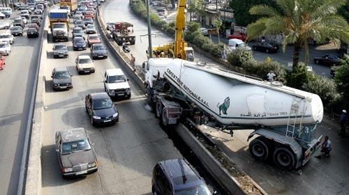 انقلاب الشاحنات على الأوتسترادات يسبّب ازدحاماً وأضراراً كبيرة (أرشيف)