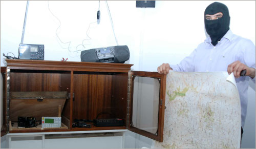 محقق تابع لقوى الامن الداخلي يعرض خريطة استخدمها متهمون بالعمالة لاسرائيل (أرشيف ـــ الأخبار)