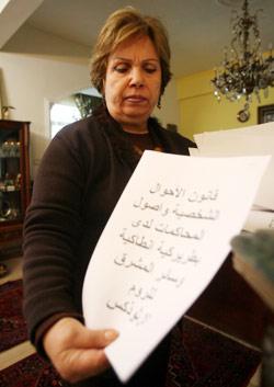 المحامية اقبال دوغان تعرض المستندات (مروان طحطح)