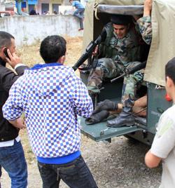 عناصر من الجيش اللبناني خلال سحب الجثة من كترمايا (هيثم الموسوي)