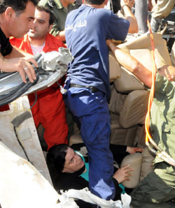 امرأة تستغيث بين حطام حادث السير في البقاع أمس (عفيف دياب)