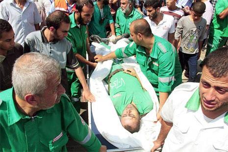 مسعف استشهد وهو يحاول انقاذ سكان منطقة الشجاعية (الصورة من التويتر)