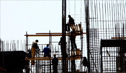عمال يتوزعون على طبقات بناية... لن يسكنوها يوماً  (وائل اللادقي)