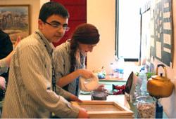 تلميذان من ثانوية السيدة للراهبات الأنطونيات ينهمكان في إعادة تدوير الورق