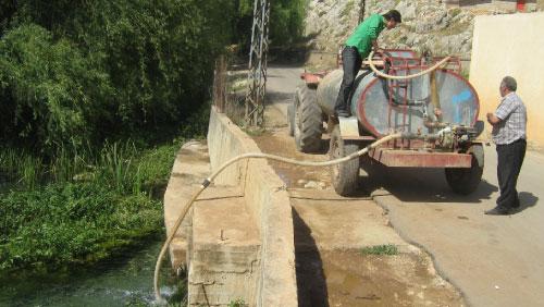 بات بيع المياه بواسطة الصهاريج فرصة ينتهزها العديد من أصحاب الجرارات الزراعية (الأخبار)