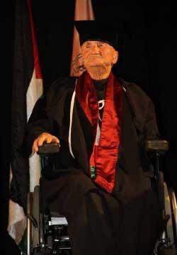 بسام الشكعة خلال تسلمه شهادة الدكتوراه الفخرية من جامعة النجاح الوطنية