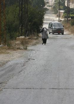 الطرقات المؤدية الى 22 قرية وبلدة تبدو كأنها شُقَّت بحكم الضرورة (مروان بوحيدر)