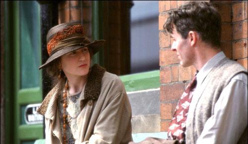 """نيكول كيدمان/ فيرجينيا وولف  وستيفن ديلان/ ليونارد في مشهد من فيلم ستيفن دالدري """"الساعات""""  (2002)"""