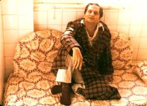 الشاعر مستقر على أريكته لا ينتظر شيئاً...